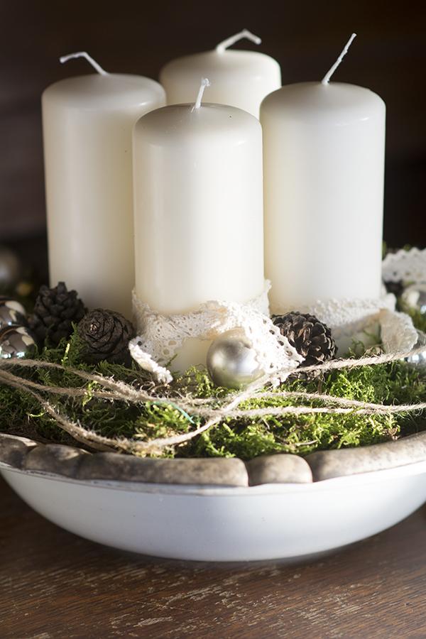 Adventskrans med lys og mos