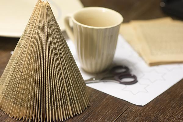 Juletræ foldet af en gammel bog