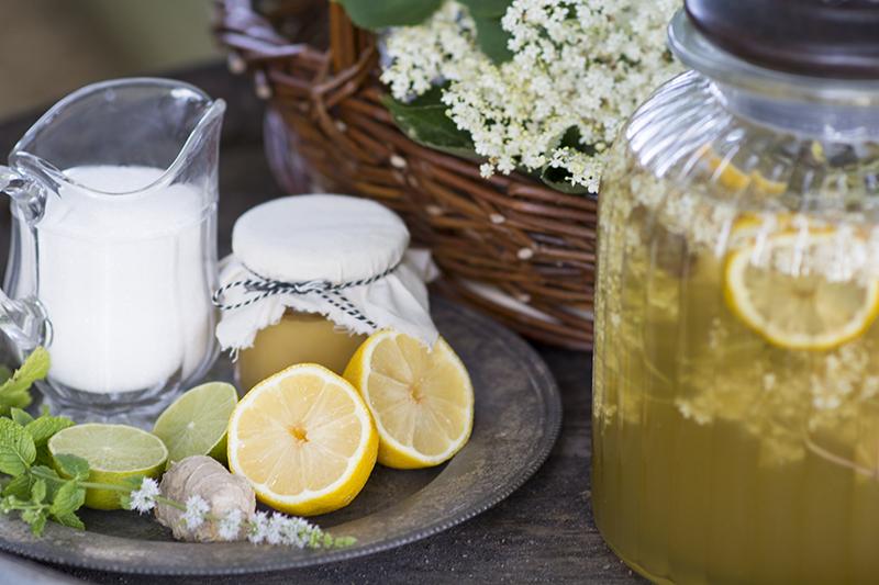 Hyldeblomstsaft med honning, lime og ingefær