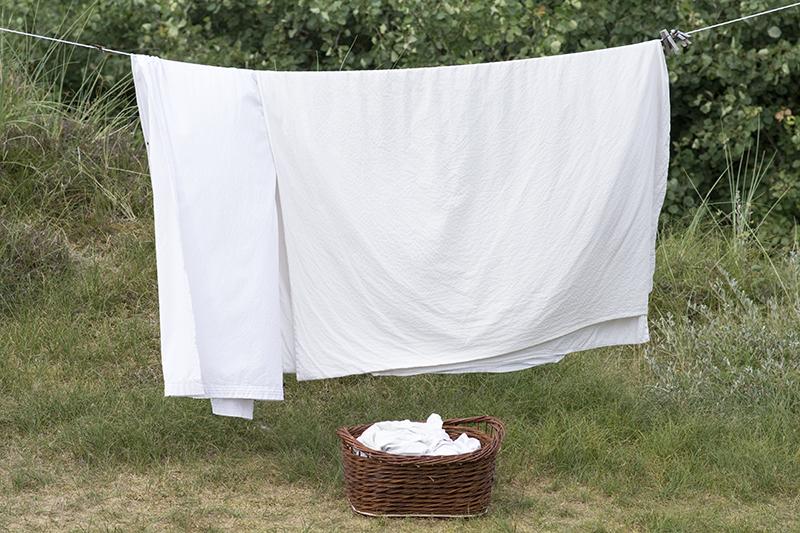 Vasketøj og en vasketøjskurv i pileflet - www.vangelyst.dk