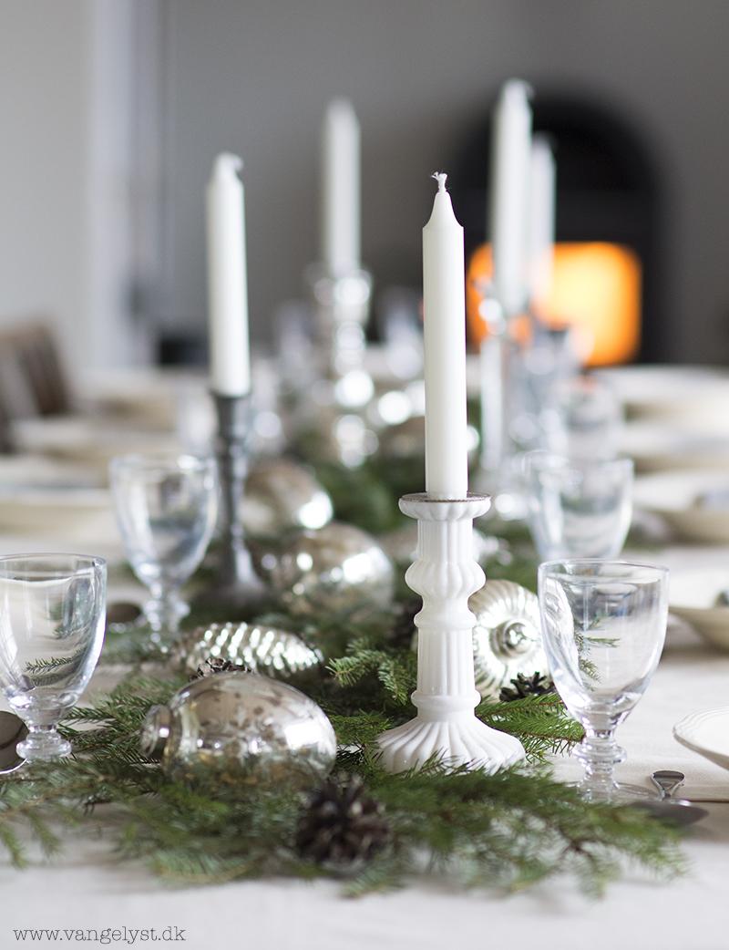 Julebord med hvidt bordpynt - www.vangelyst.dk