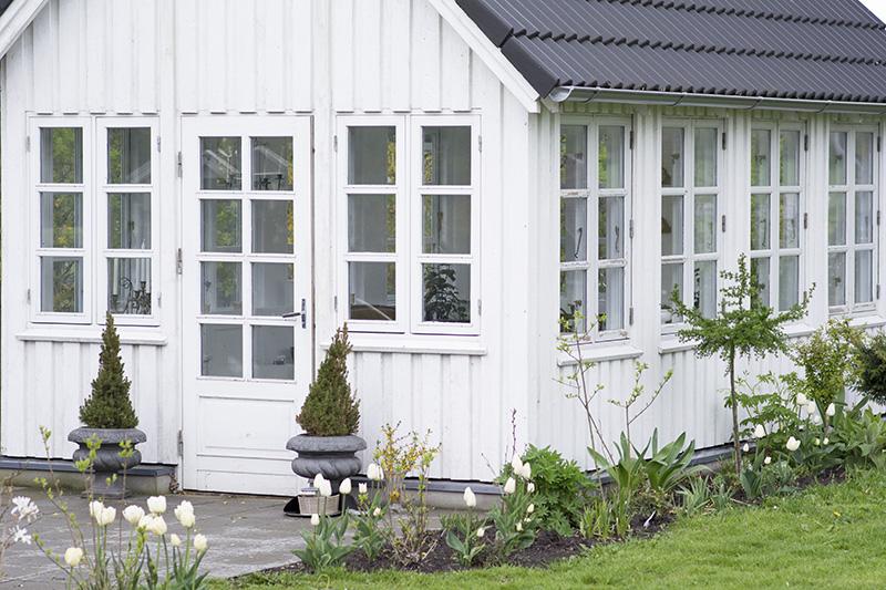 Havehus med hvide blomster - www.vangelyst.dk