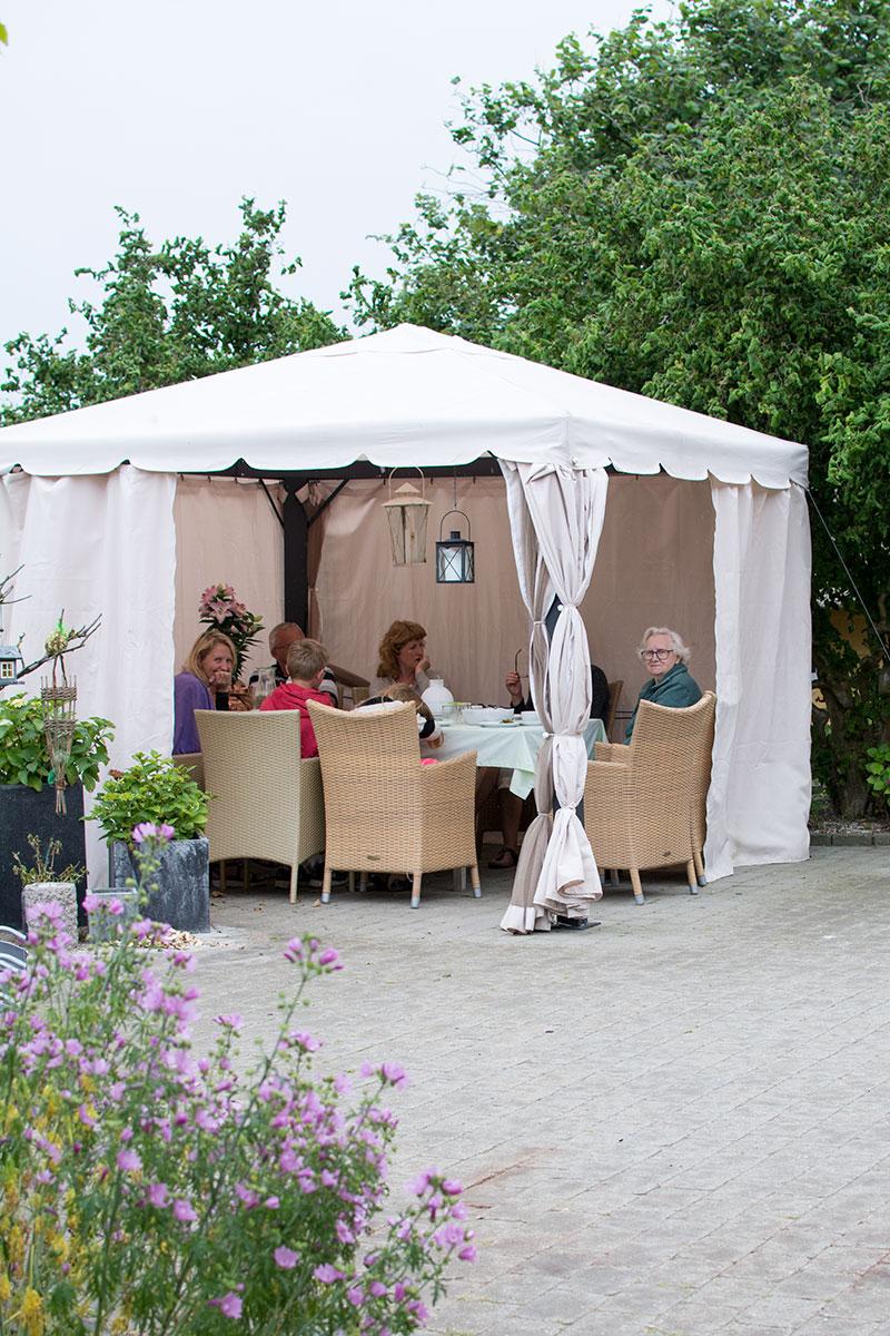 Romantisk havepavillon med stof - www.vangelyst.dk
