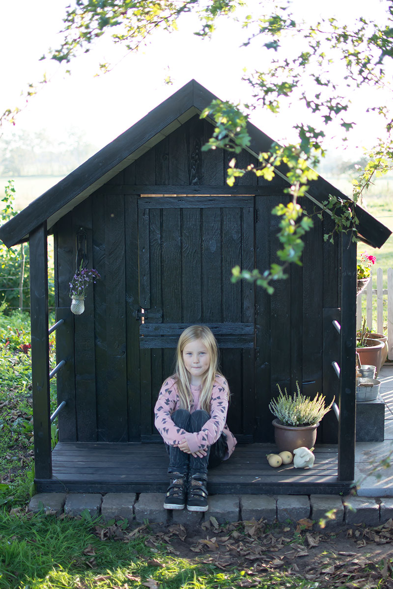 Alma foran legehuset - www.vangelyst.dk
