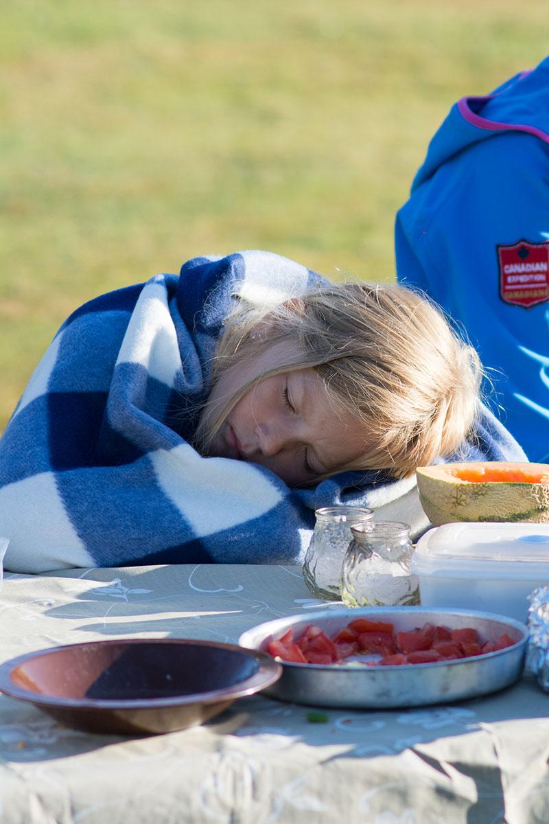 En træt Alma på kanotur - www.vangelyst.dk