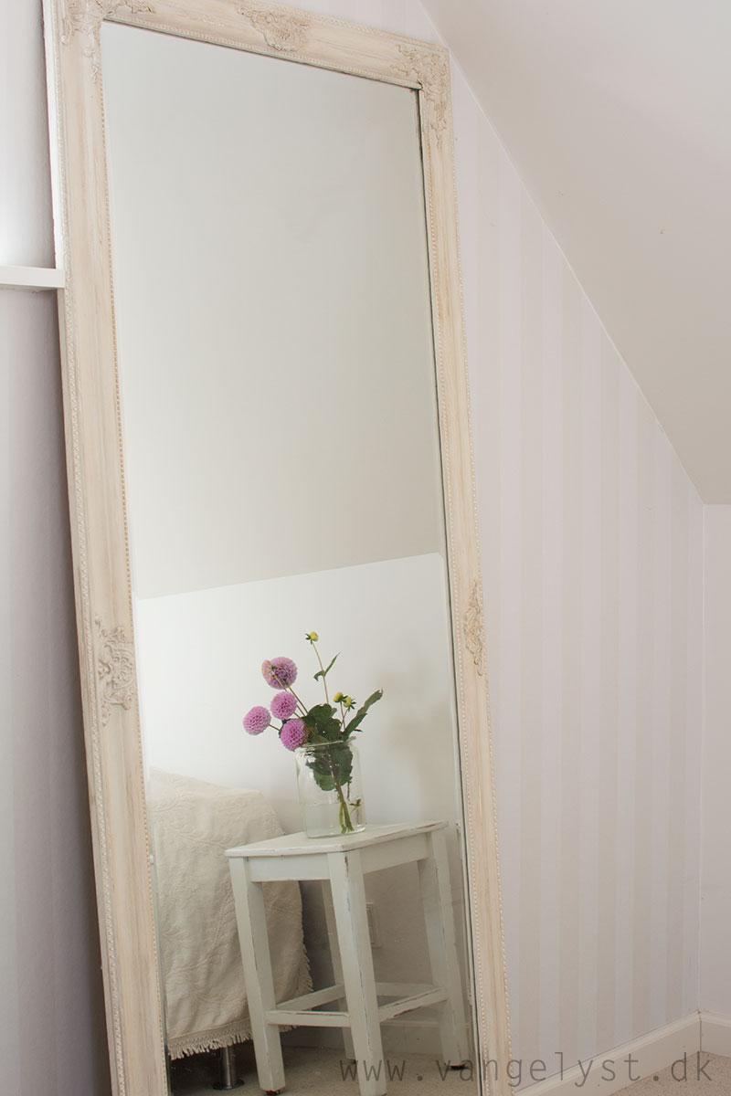 Indretning af soveværelse med spejl - www.vangelyst.dk