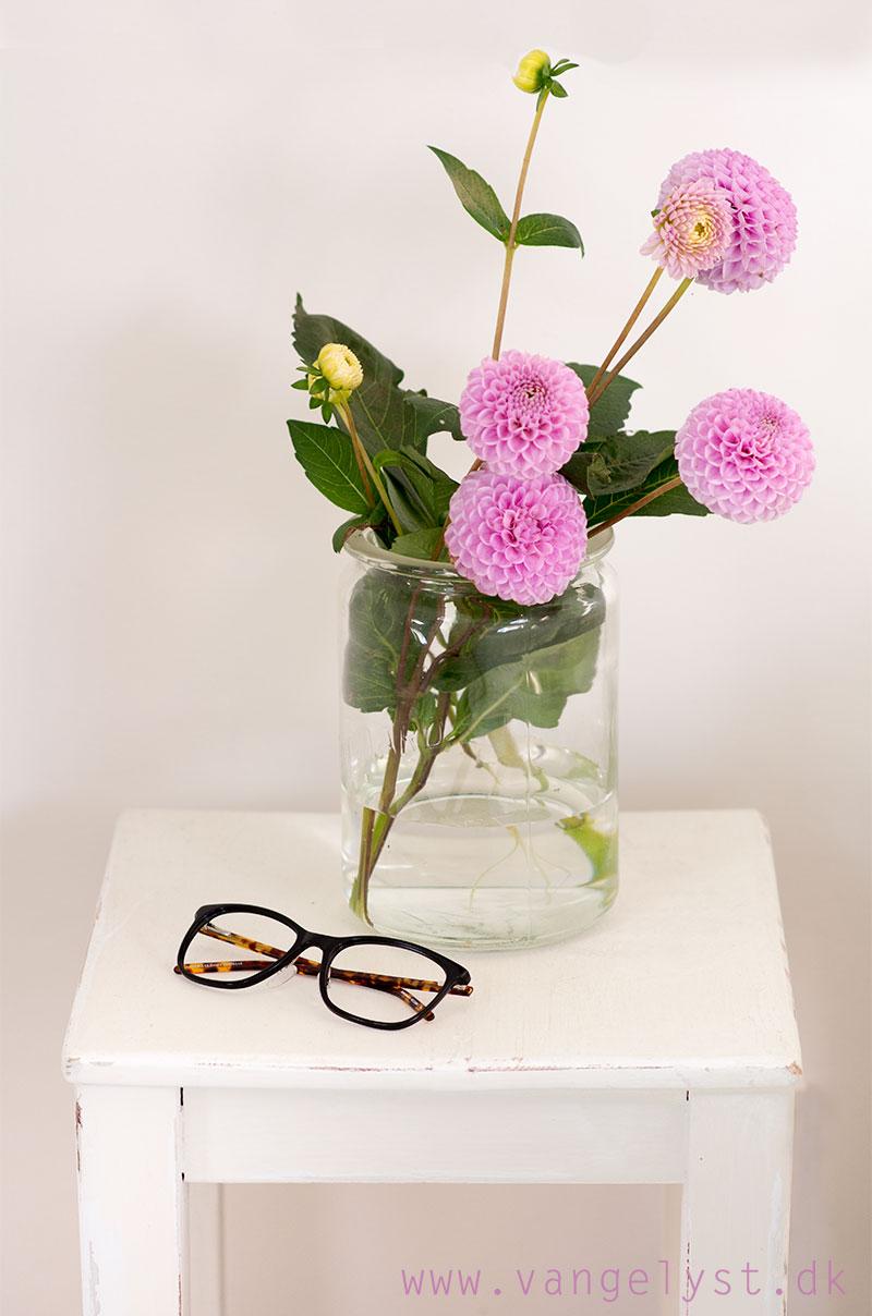 Sengebord med blomster - www.vangelyst.dk