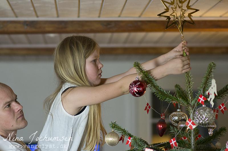 Alma sætter stjerne på juletræet - www.vangelyst.dk