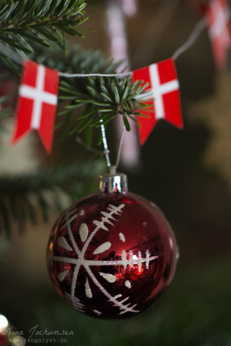 Rød julekugle på juletræet - www.vangelyst.dk