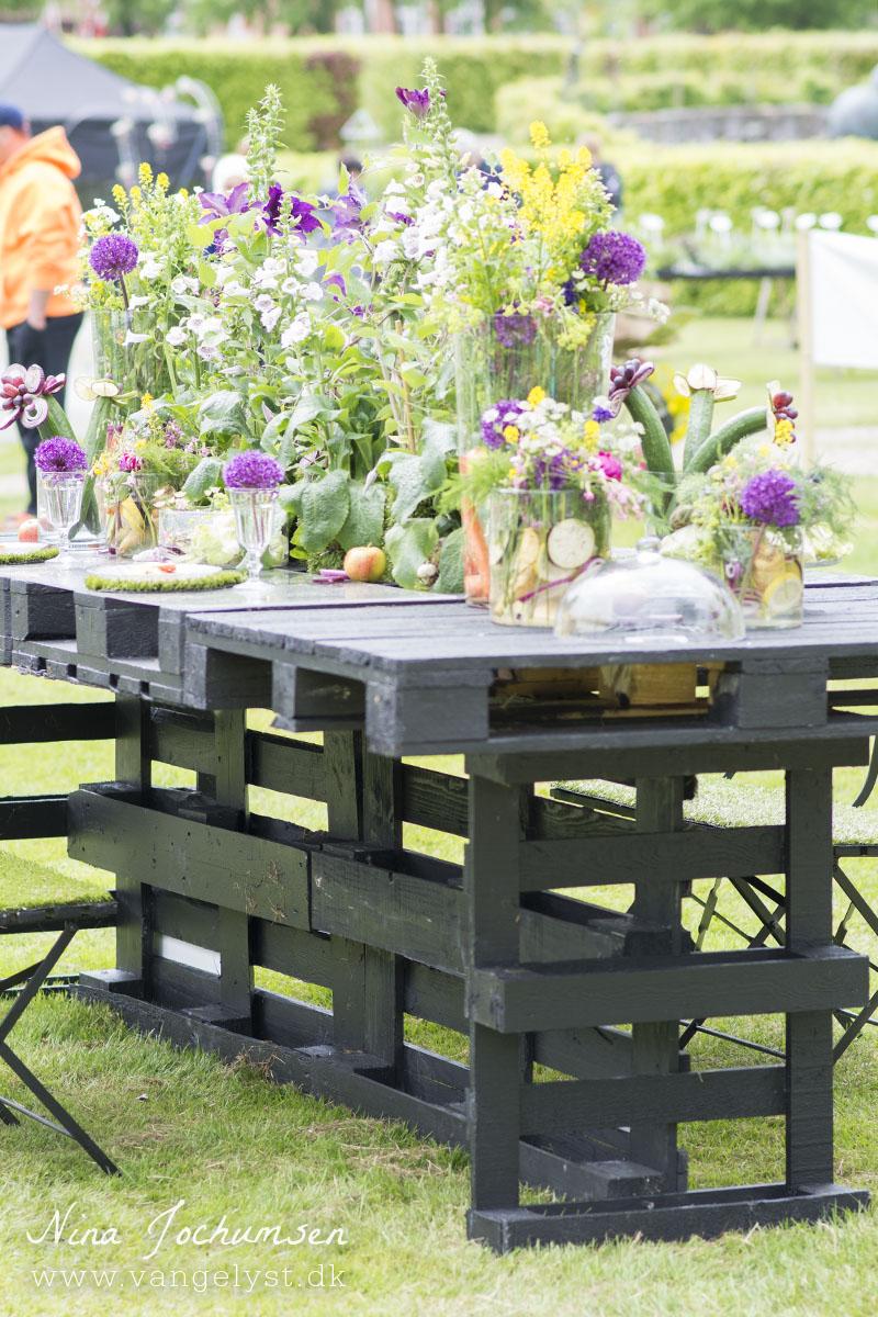 Middagsbord med blomsterdekoration - www.vangelyst.dk