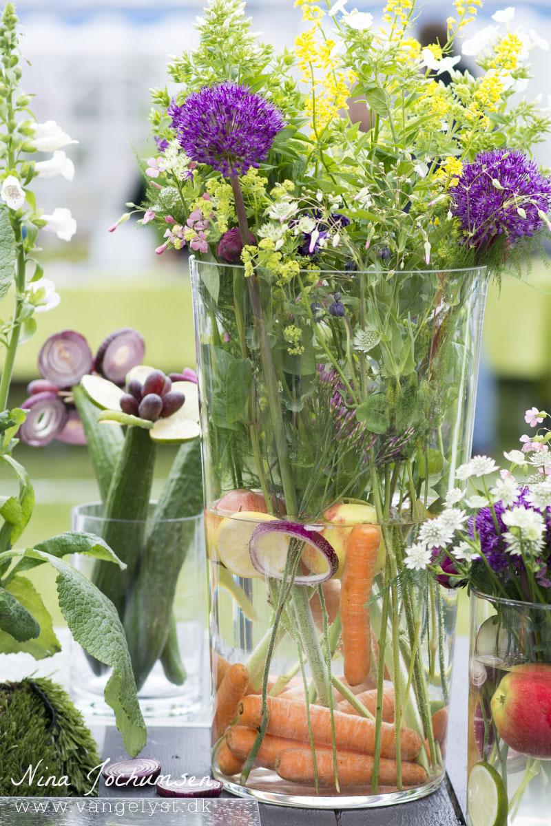 Vase med grøntsager og blomster- www.vangelyst.dk
