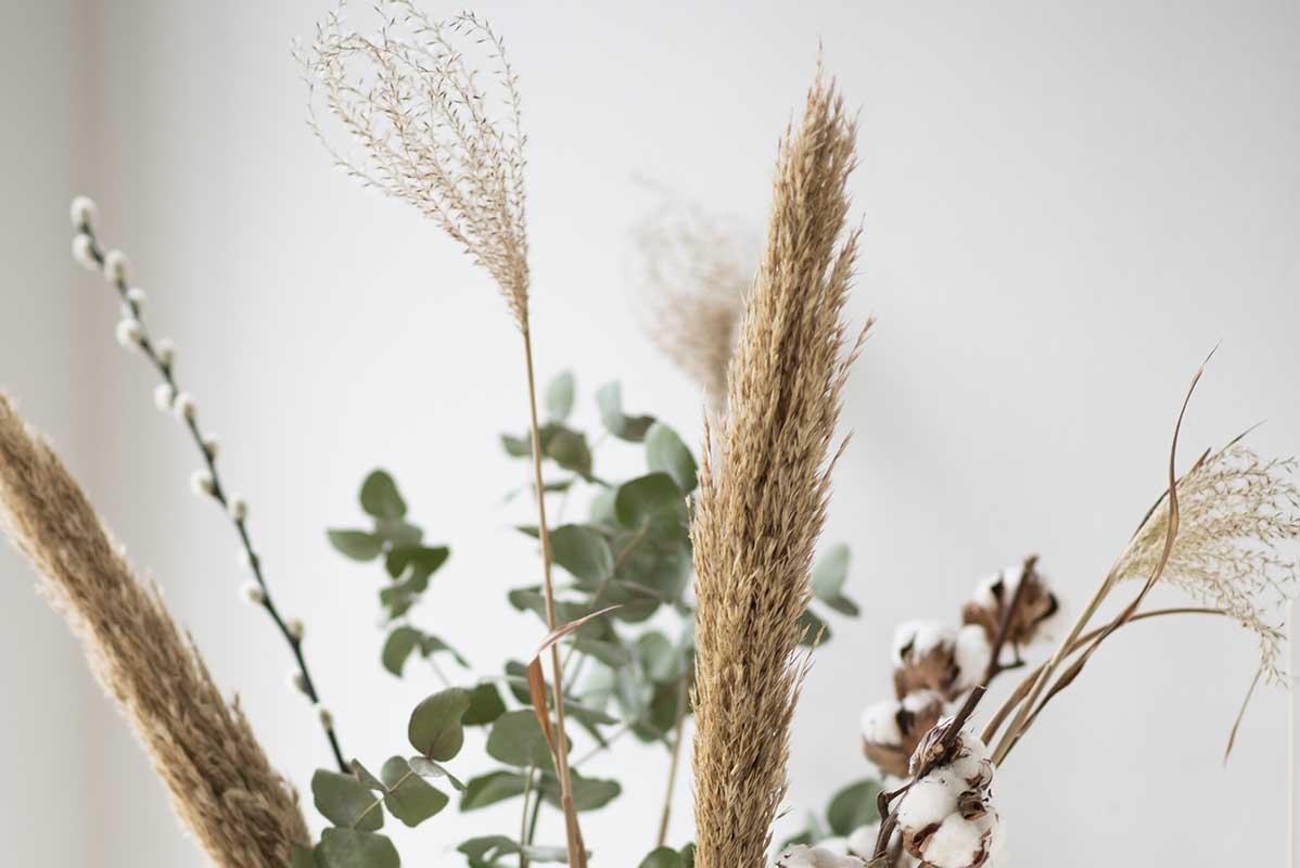 Buket med tørrede blomster og græs
